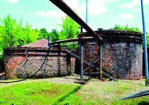 新津油田金津鉱場跡。100年以上前に作られたレンガに覆われたタンク