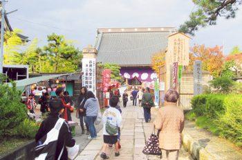 【三条市】三条別院から本寺小路を中心とした路上に多数の露店が並ぶ