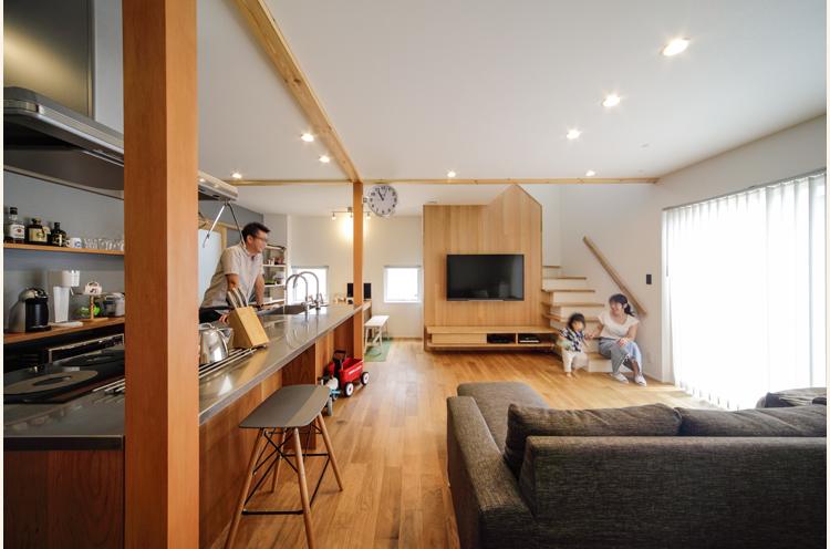 キッチンの棚や、テレビ台なども木の温もりを感じる空間とマッチするように造作。フルオーダーのキッチンが明るい雰囲気のリビングで、存在感を放っている