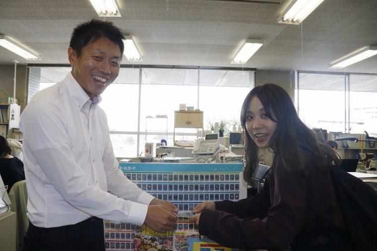 下水道計画課の金子さんが優しく手渡し。まわりのスタッフのみなさんもウエルカムな雰囲気で嬉しかった