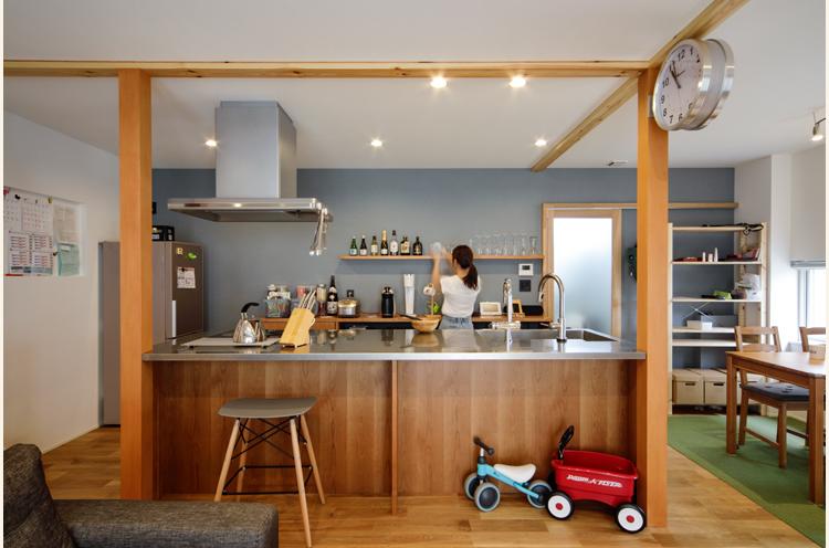 キッチンの真横にはダイニングスペース。すりガラスを入れた引き戸の向こうには洗面所や浴室がある