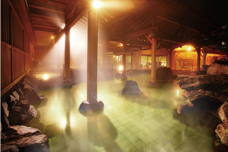 自家源泉で満たされた回遊式露天風呂は様々な露天風呂が楽しめる