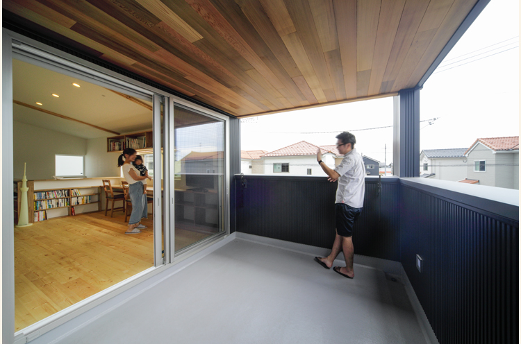 2階のベランダも「サブリビング」の延長。外からの目線が気にならない位置に物干しも備えている