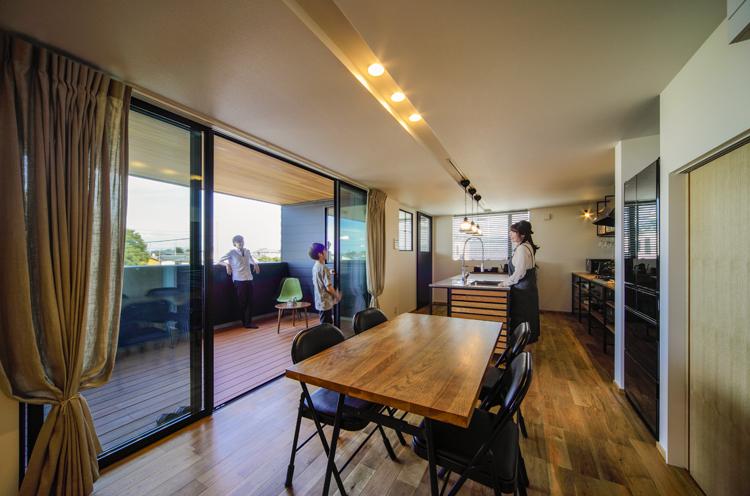 奥にキッチン、左にベランダがある2階リビング。開放感いっぱいで、家族を自然と笑顔にする