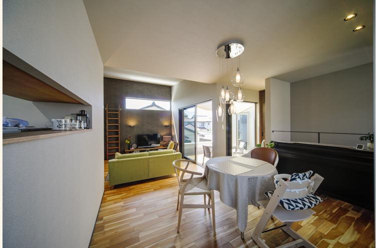 生活感が出やすいキッチンはリビングから見えないように設計。料理はキッチンの小窓から提供する