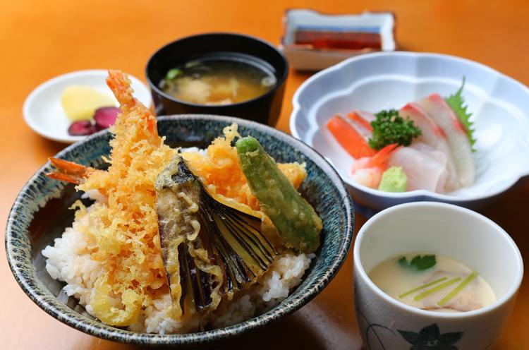 『日替わりランチ定食』(864円)。写真は天丼をメインに、刺身や茶わん蒸し、漬物など