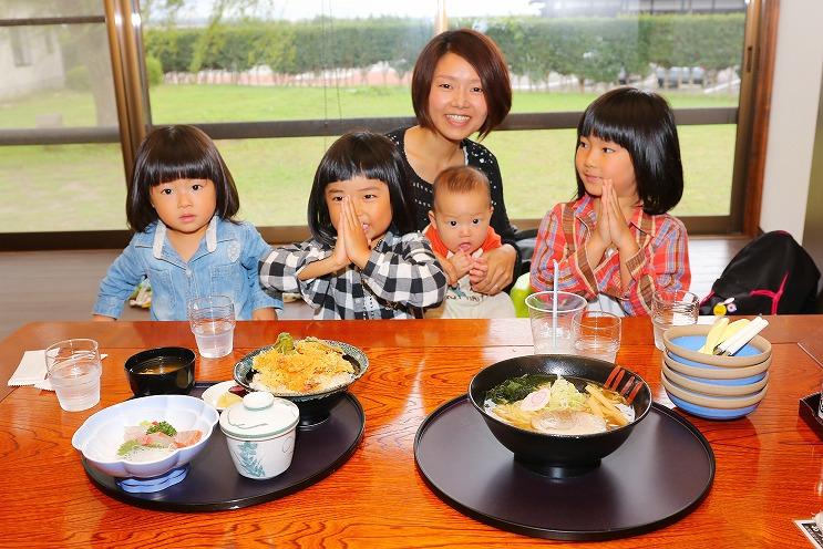 主役の本間さん親子。中央はママの本間亜弥さん、仲良し4姉弟は左から笑茉(えま)ちゃん、璃衣紗(りいさ)ちゃん、律希(りつき)くん、絵莉衣(えりい)ちゃん