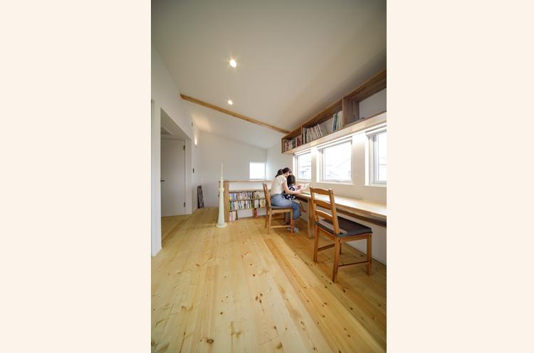 2階の「サブリビング」。本棚も広く拡張性も高い