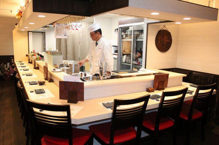 目の前で天ぷらを揚げてくれる