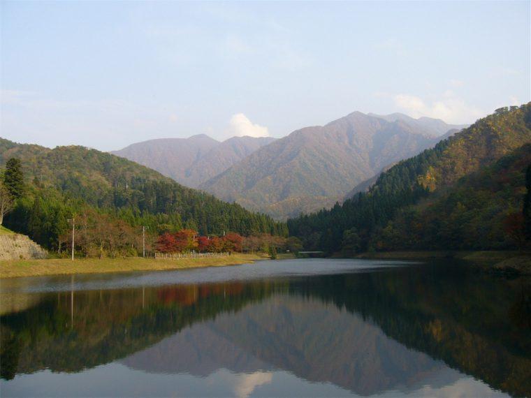 水源池第1ダムの水面に映る秋の粟ヶ岳