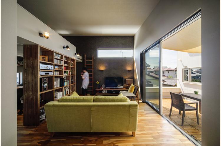 造作の本棚を置き、複数のスペースを作ったリビング。狭さを感じさせずに異なる空間を作り出す