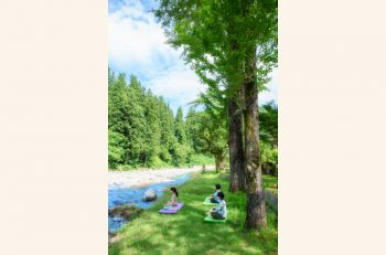 自然に囲まれリフレッシュ! 越後長野温泉の一軒宿・嵐渓荘でヨガ体験 | 三条市・下田