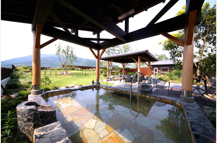 露天風呂からは庭園や角田山の 景色を眺めることができます