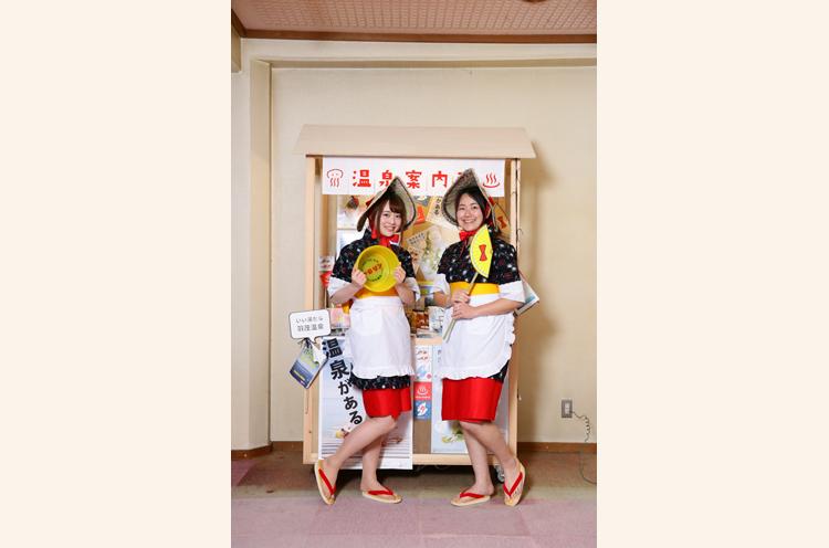 おけさガールズのスベちゃん(左)とつるちゃん(右)