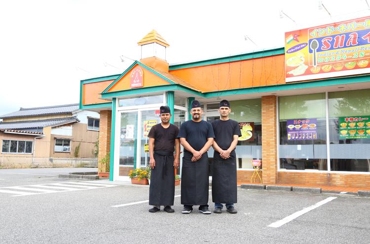 店長のRAJUさん(中央)とスタッフの皆さん。ISHAという店名は、店長の奥様のお名前だそう