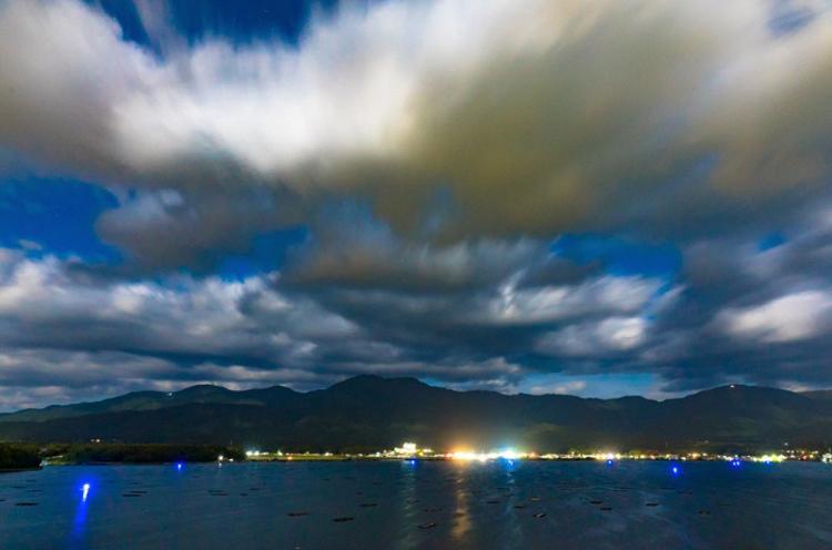 湖面に灯る青い光がロマンチック♡