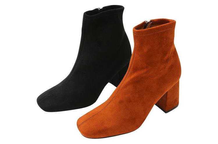 SLY 『スキニー スウェードブーツ』  細身のシルエットにこだわった一足。スウェード素材なので温かみがありつつ、すっきりした女性の足元を演出。この冬にぴったりなブーツ 各14,029円