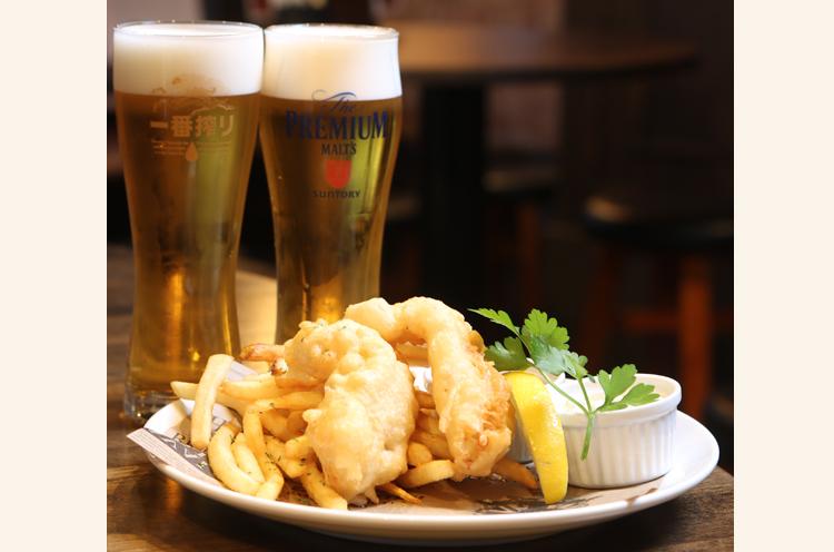 定番のフィッシュアンドチップス。海外ビールのほか、日本国内のビールもあり