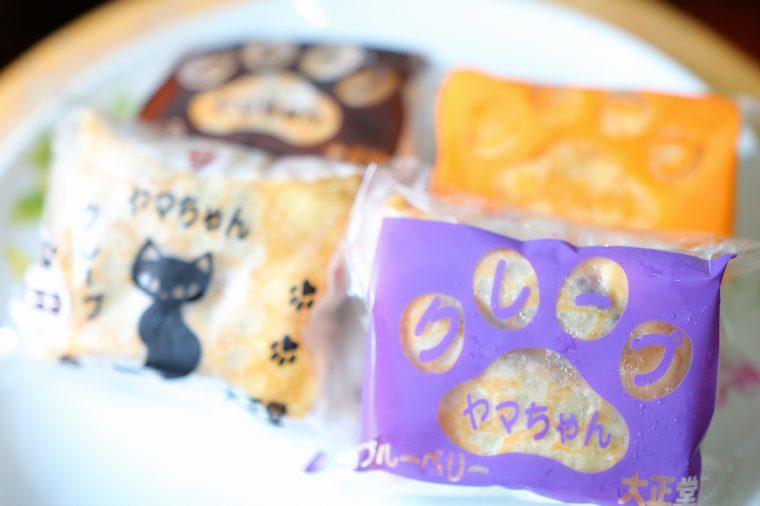 名物はクリームたっぷりの昔ながらの『クレープ』(200円)。パッケージには肉球と猫ちゃんのイラストが!