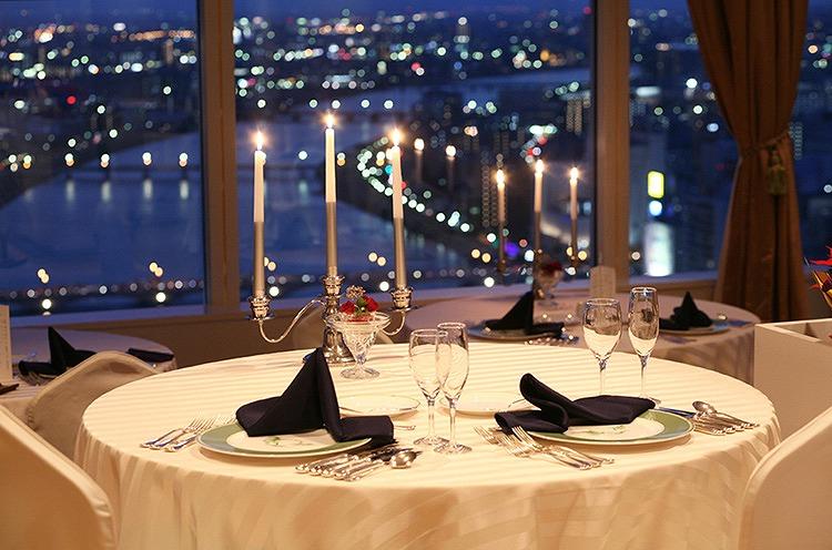 新潟市街、日本海・佐渡を一望できる抜群のロケーションが魅力。クリスマスという特別な夜こそ、輝く夜景を見ながらのロマンチックディナーを楽しみたい