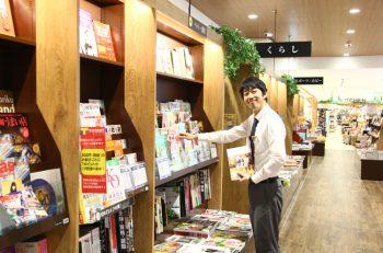 広々としたキッズスペースと、テーマごとに陳列された書籍と雑貨。ひとりでも親子でものんびりできるライフスタイル提案型書店