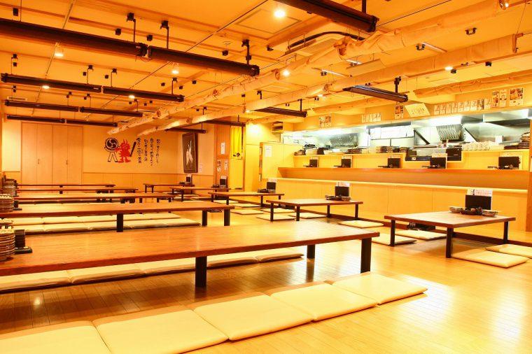 広々とした店内はカウンター席、テーブル席、個室を用意。各テーブルごとに仕切れるので、小宴会でもプライベート感は高い