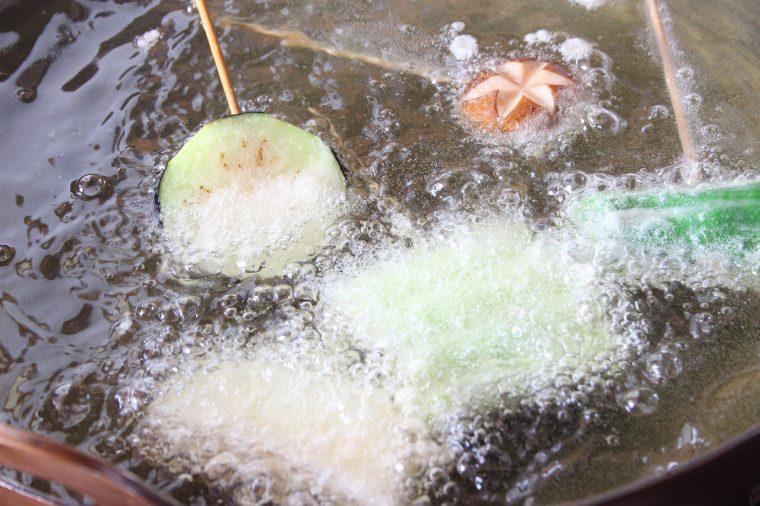 旬の魚介や野菜などを使った揚げたてのサクサクの串天が楽しめる。絶妙なタイミングで揚げる串天は最高の旨さ!