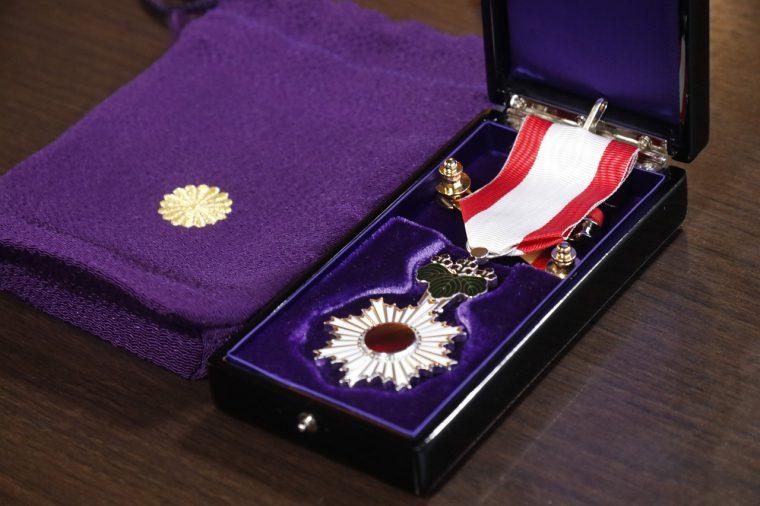 これが陛下から授かった勲章だ! 神々しい輝きでございます