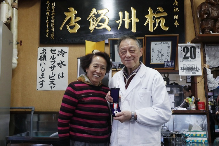 ご主人の徐勝二さんと仲良し奥さま・富子さん。ご主人の手には光輝く勲章が!