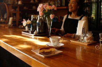 お庭が自慢の胎内の喫茶店でケーキとコーヒーをどうぞ