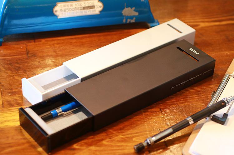 PULSE メタルケース 白6,480円、黒 7,560円