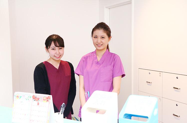 受付スタッフの斎藤さん(左)と渡辺さん(右)
