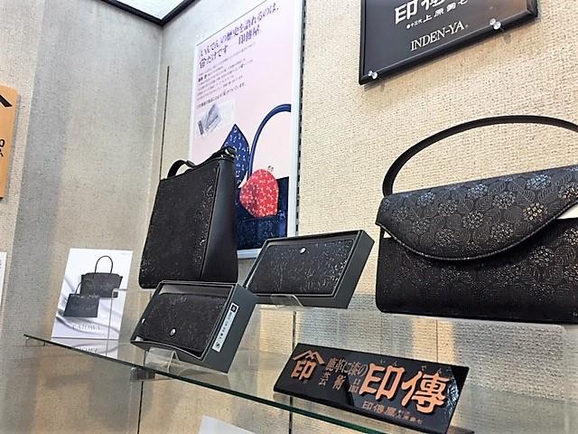 2018年の新作。手前は「あじさい」柄を手前は黒地に黒漆で描いたバッグ。奥は新柄「CATOWA」の商品