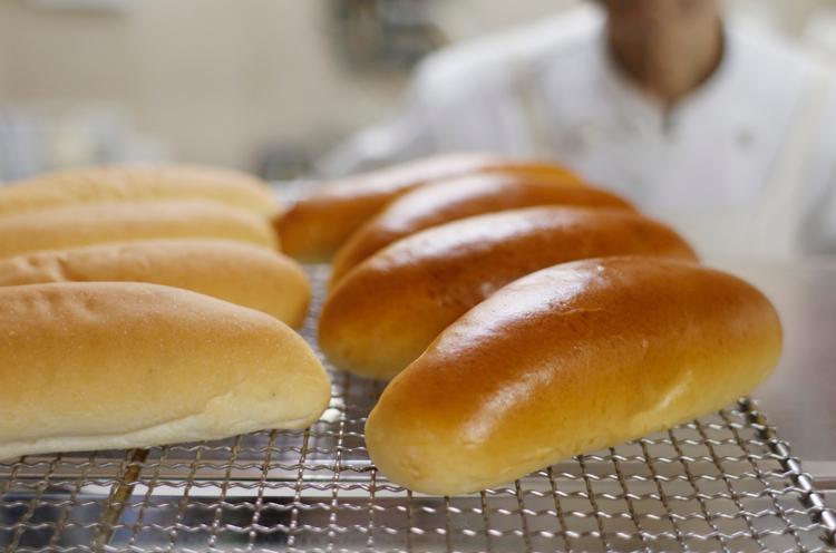 左が定番のコッペパン、右が菓子パン生地