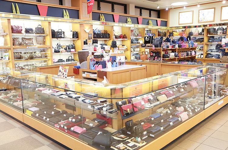 プレゼントにおすすめのブランドの財布やバッグなどを多彩に揃えている