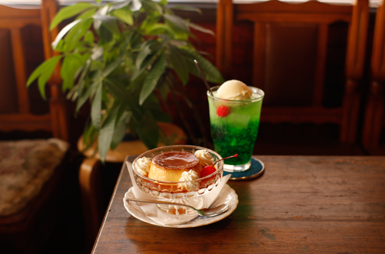 あま~い『クリームソーダ』 (450円)と硬めの『カンポス特製プリン』( 430円)。 喫茶店の王道メニュー!