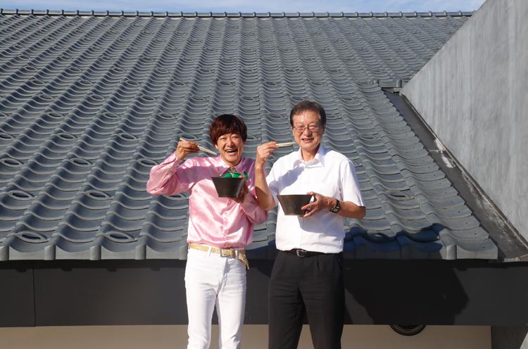 瓦テラスの前で田中市長と名物の「あがの夢うなぎ」を使ったラーメンをいただきました! この丼も安田瓦でできてるんだって!