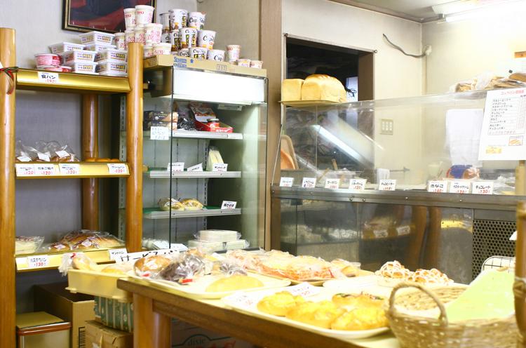 店内には、菓子パンや総菜パンなどがそろっています。高橋さんが考案した人気の『煮卵パン』もありました