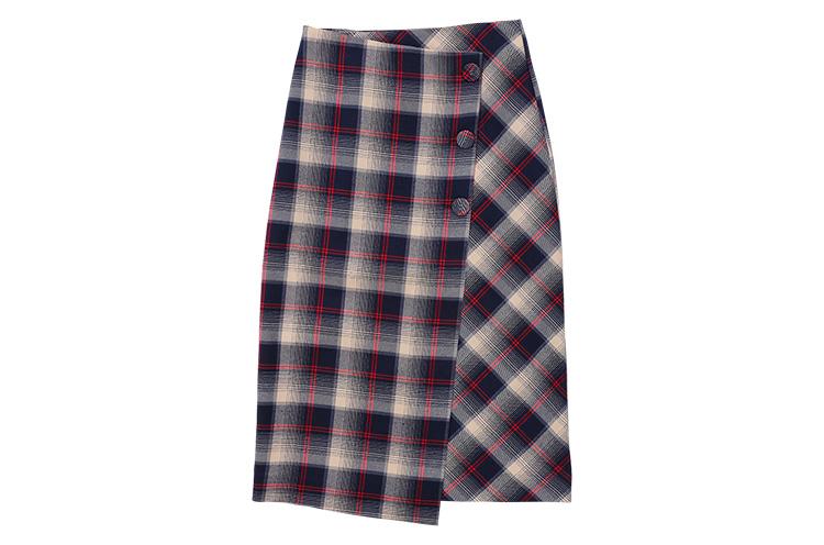 Allumer 『チェック ラップスカート』 なめらかな肌触りのレーヨン混チェック地を使用したラップスカート。地の目に変化をつけたフロントデザインがアクセント! 10,800円