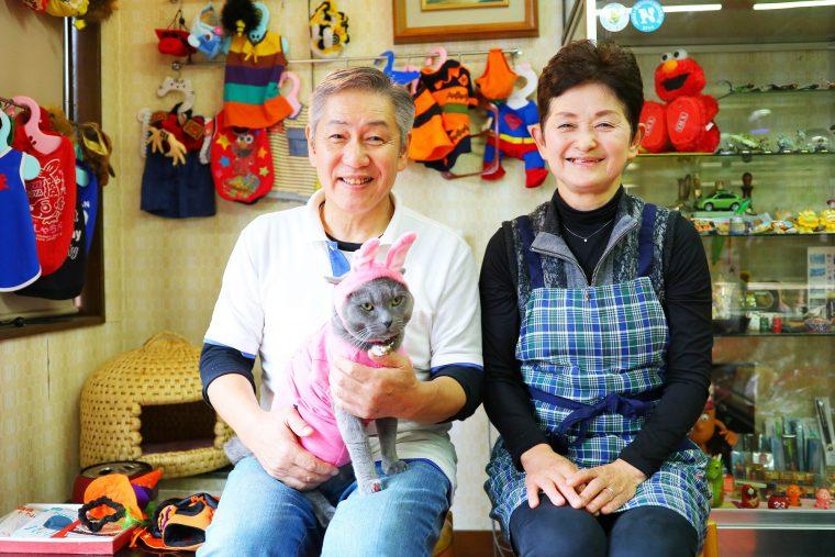 取材記念に小林正隆さんと奥様の恵美さん、2代目ヤマちゃんの記念写真をパシャリ。ふたりともいい笑顔!しかし2代目ヤマちゃんは・・・