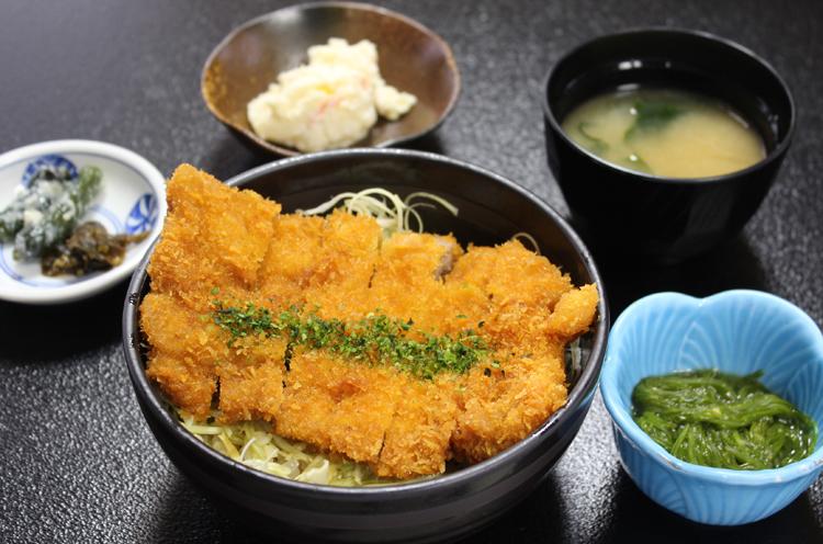 食堂では、朝日産の特別栽培コシヒカリ・朝日豚を中心として、季節の山菜・野菜を取り揃えたメニューを用意