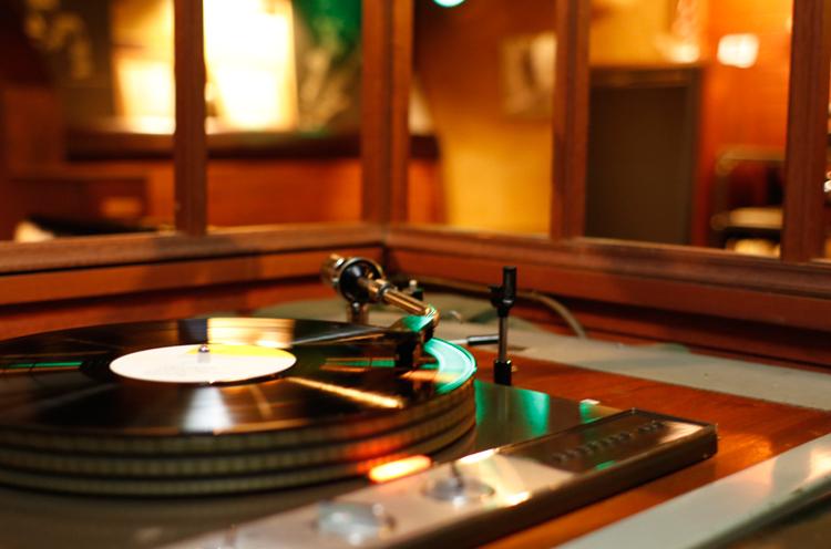 レコードを針がすべる様子を見てるだけでも、なんだか落ち着きます