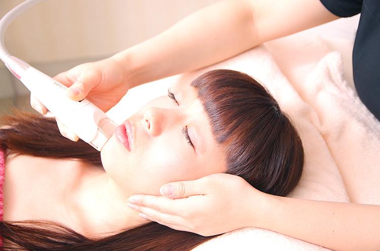 『エンダモリフト』。特殊なヘッドから繰り出されるリズミカルな刺激で、線維芽細胞を活性化させ、ヒアルロン酸やコラーゲンの回復を促進。しみ、たるみ、小顔に効果的な美容マシン