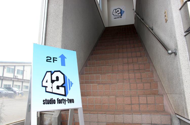 階段を上がった2階がスタジオだ
