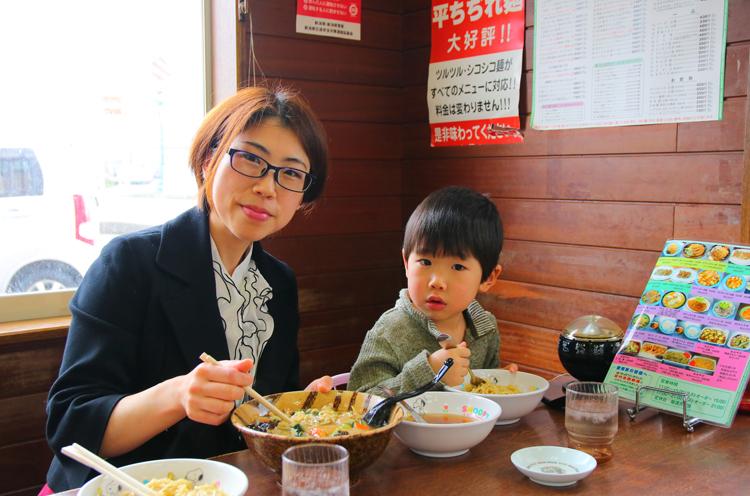 ママの髙橋友美さんと息子の理くん