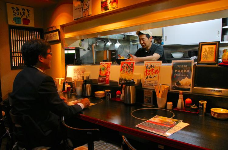カウンター席で店主の五十嵐さんと話しながら食べるのもオススメ