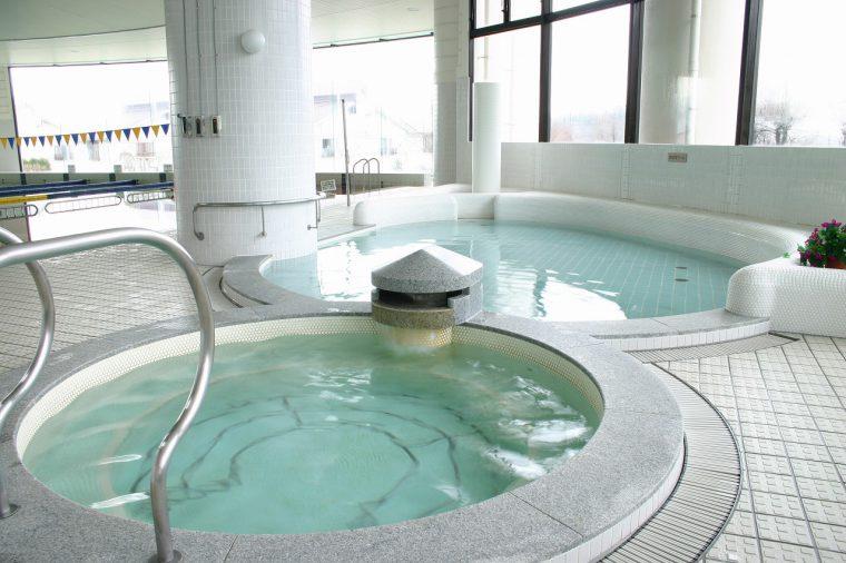 多彩な浴槽を揃えた(バーデ・プールゾーン※水着着用)。幼児プールもあり