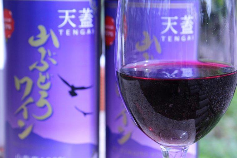 物産会館では、村上市高根地区で生産された山ぶどうを原料とするオリジナルワイン。数量限定の人気商品