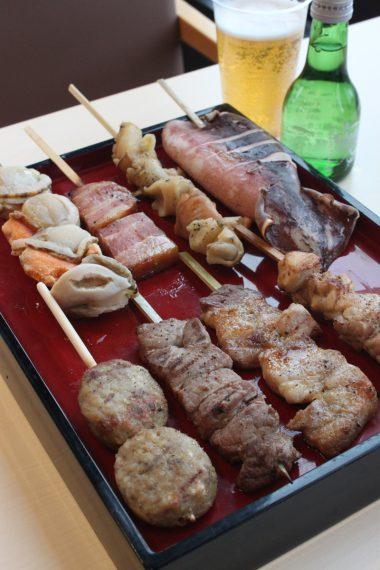 フードコートにある「なごみや」では、1月1日(祝)~7日(月)に海鮮串・肉串各 1本 とビールor日本酒1杯付いた『新春得々セット』(1,200 円)を用意