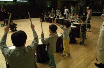 佐渡太鼓体験交流館スタッフが太鼓の叩き方を教えます!